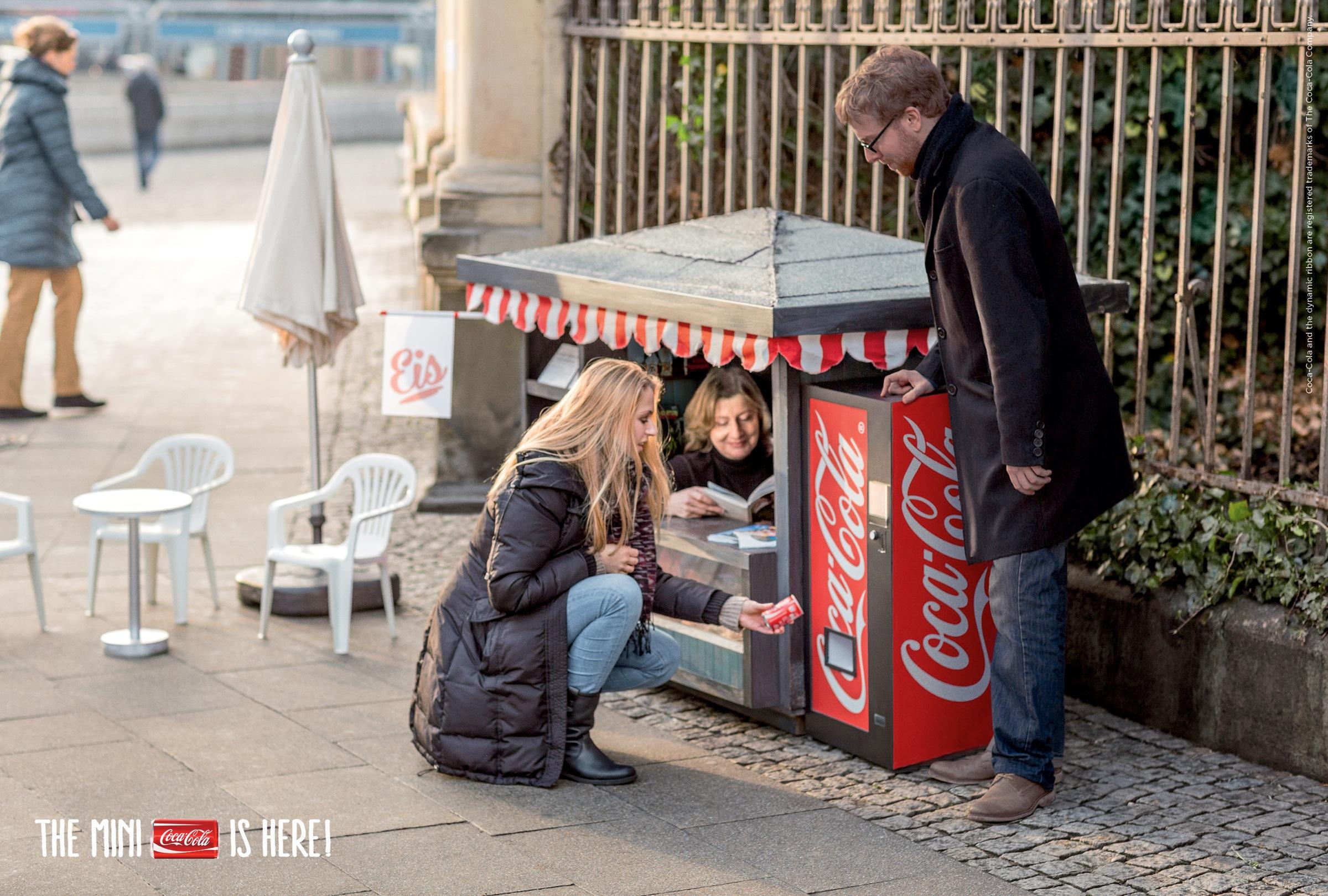 Уличная реклама семья фото
