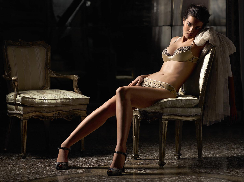 Секси женщина на стуле фото смотреть 9 фотография