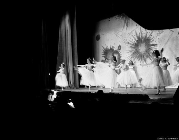 Закулисье танцовщиц 50-х годов. США (25 фото)
